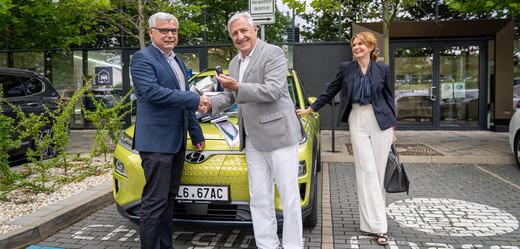 Manželé Heřmánkovi a generální ředitel Hyundai Motor Czech Martin Saitz.