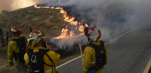 Jižní Kalifornii sužují rozsáhlé lesní požáry. Tisícům lidí byla nařízena evakuace
