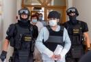 Policisté přivádějí 11. srpna 2020 k jednání u okresního soudu v Karviné muže (uprostřed), kterého policie obvinila z vraždy a obecného ohrožení v souvislosti s požárem panelového domu v Bohumíně.