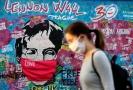 Jedno z děl, která pandemii reflektují, vzniklo v dubnu přímo na ní, když výtvarníci opatřili rouškou portrét Johna Lennona.