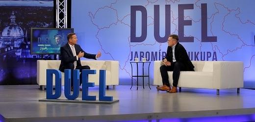 Moderátor pořadu Jaromír Soukup s hostem Romanem Šmuclerem.