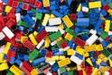 Lego po výzvách dětí nahradí plastové obaly papírovými taškami.