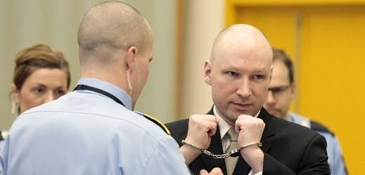 Terorista Breivik žaluje stát a žádá o podmínečné propuštění.