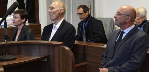 Obžalovaní Eva Benešová, Jan Horák a Petr Chmelík u soudu.