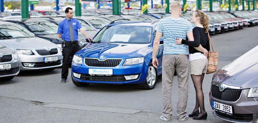 Mladí lidé si vybírají svůj vysněný vůz.