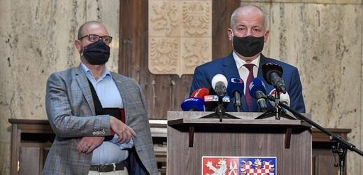 Ministr zdravotnictví Roman Prymula (vpředu) a ministr školství Robert Plaga.