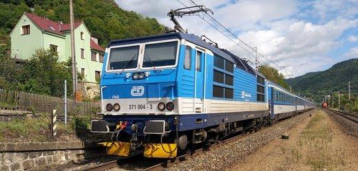 Železniční i autobusoví dopravci omezují služby, klíčové spoje fungují nadále