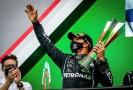 Pilot formule 1 Lewis Hamilton slaví další vítězství.