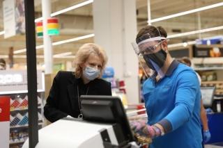 Tesco se snaží chránit zákazníky i zaměstnance.