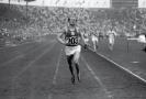 Emil Zátopek si běží pro vítězství.