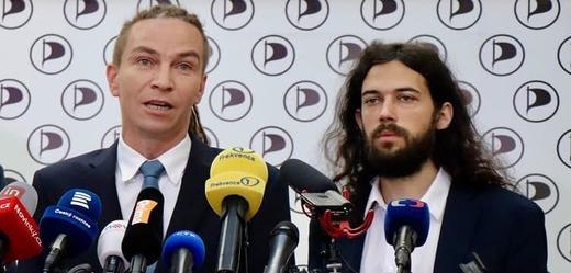 Poslanec Pirátů Mikuláš Ferjenčík a předseda Ivan Bartoš.