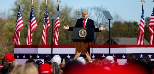 Trump zahájil předání moci Bidenovi tři týdny po volbách.