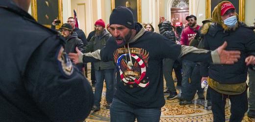 Násilné vniknutí radikálů do washingtonského Kapitolu.