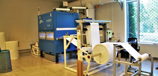 Výrobna nanovlákenných respirátorů v Roudnici nad Labem.