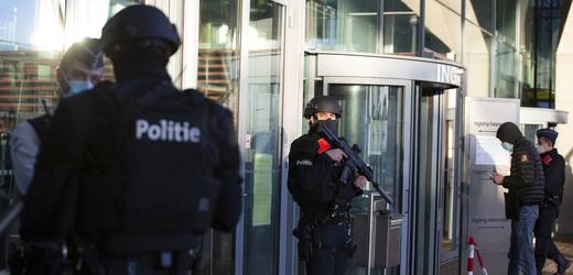Policisté hlídají před budovou soudu.