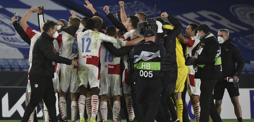 Fotbalisté Slavie se radují z výhry nad Leicesterem.