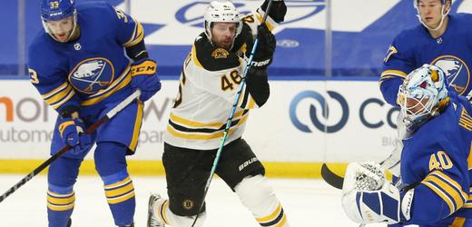 David Krejčí v dresu Bostonu se rve o svůj 700. bod v NHL.