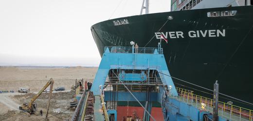 Loď Ever Given blokuje Suezský průplav.