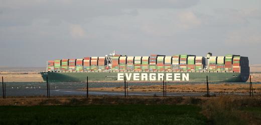 Vysvobozená kontejnerová loď Ever Given, která blokovala Suezský průplav.