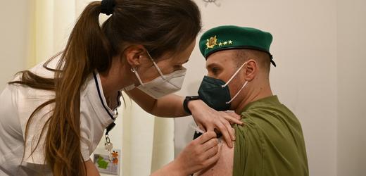 Válečný veterán Libor Vašina se nechává očkovat proti koronaviru.