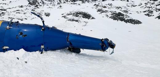 Trosky vrtulníku, ve kterém zemřel miliardář Petr Kellner.