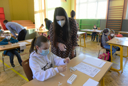 Nejmenší žáci jsou z testování nervózní, pomáhají jim učitelky