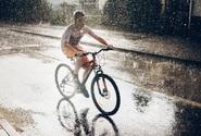 Řecký inženýr sestavil elektrokolo, kde na cyklistu neprší