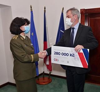 Brigádní generál Lenka Šmerdová přebírá šek od předsedy představenstva CSG Aerospace.
