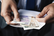 Firmy při povinném pátém týdnu dovolené upraví mzdy, ukázal průzkum