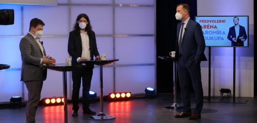 Moderátor pořadu Jaromír Soukup a poslanci Mikuláš Ferjenčík (Piráti) a Patrik Nacher (ANO).