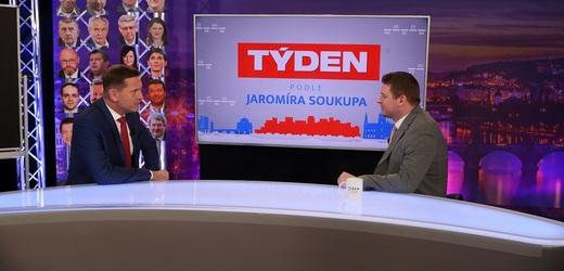 Moderátor pořadu Jaromír Soukup a poslanec Tomáš Martinek (Piráti).