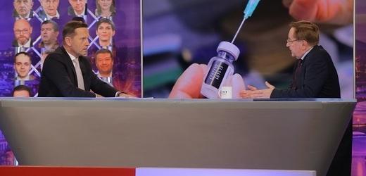 Moderátor pořadu Jaromír Soukup a ministr zdravotnictví Petr Arenberger (za ANO).