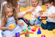 Zavřené školy a školky negativně dopadly na samoživitele i jejich děti