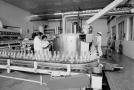 Dobová fotografie výroby Coca-Coly.