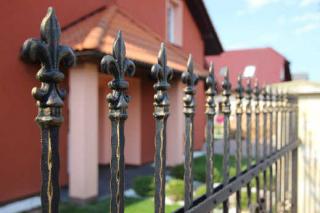 Kovaný plot je designová perla.