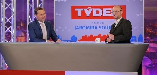 Moderátor pořadu Jaromír Soukup a hejtman Pardubického kraje Martin Netolický (ČSSD).