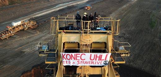 Skupina aktivistek obsadila 10. června ráno rypadla v uhelných dolech Bílina na Teplicku a Nástup-Tušimice na Chomutovsku. Žádají rychlý a spravedlivý konec uhlí.