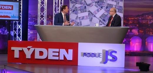 Moderátor pořadu Jaromír Soukup a místopředseda TOP 09 a poslanec profesor Vlastimil Válek.