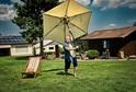 Instalace slunečníku na zahradě.