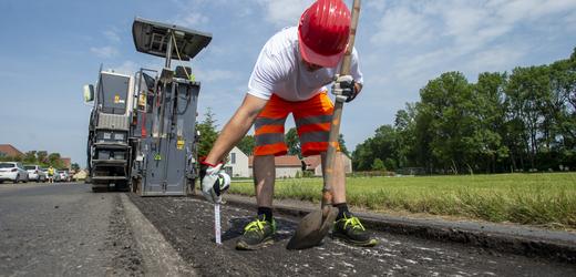 Silničáři opravují vozovku 16. června 2021 v Poděbradech.