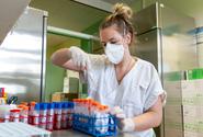 V pátek přibylo 147 nakažených, počet hospitalizovaných klesl pod stovku