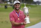 Španělský golfista Jon Rahm se raduje z vítězství v turnaji.
