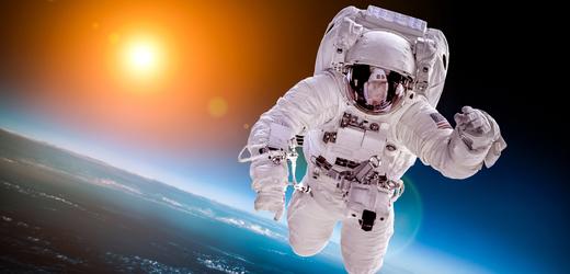 Petice vyzývá Jeffa Bezose, aby se z cesty do vesmíru už nevracel