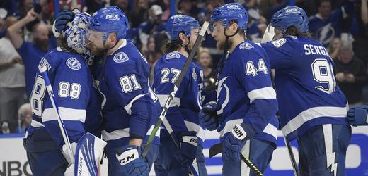 Hokejisté Tampy Bay se radují z úvodního vítězství nad Montrealem ve finále Stanley Cupu.