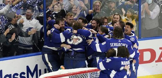 Hokejisté Tampy Bay se radují ze zisku Stanley Cupu.