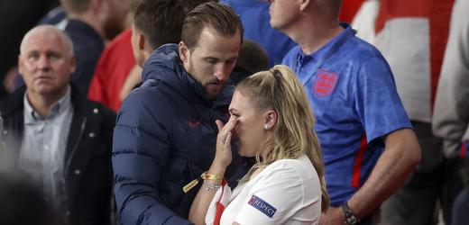 Anglický útočník Harry Kane utěšuje svou manželku po prohře s Itálií.