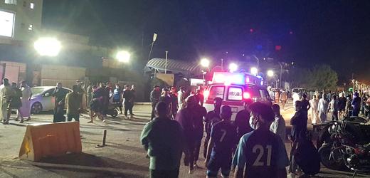 Lidé opouští jihoiráckou nemocnici, kterou zasáhl požár.