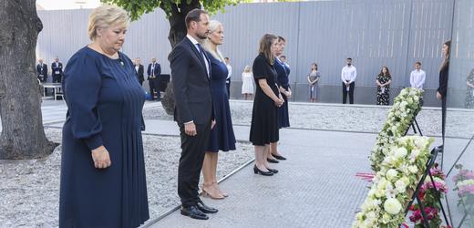 Připomínka výročí tragických útoků v Norsku.
