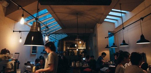 Také německá gastronomie se potýkala s odchodem pracovníků do jiných oborů, některé saské hospody nemohly po lockdownu otevřít pro nedostatek personálu.