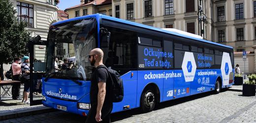 Očkovací autobus pro zájemce o očkování proti covidu-19.